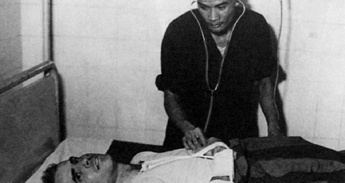 John McCain examinado por um médico do Vietnã no centro de detenção em Hanói