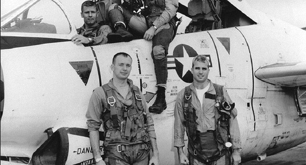 John McCain (à direita) antes de missão de bombardeamento em Hanói