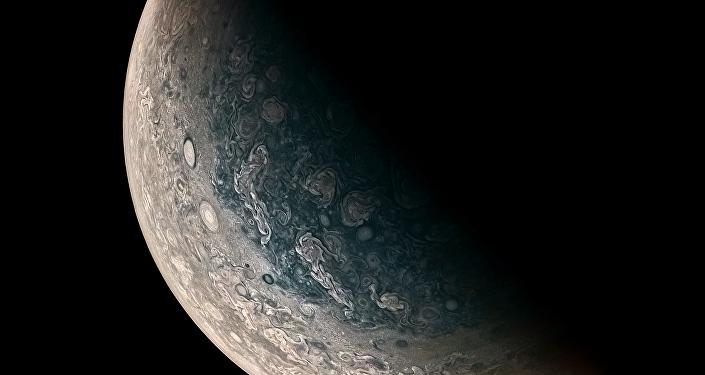 Essa foto de Júpiter, tirada pela sonda Juno, mostra claramente tempestades monstruosas que giram na superfície do planeta