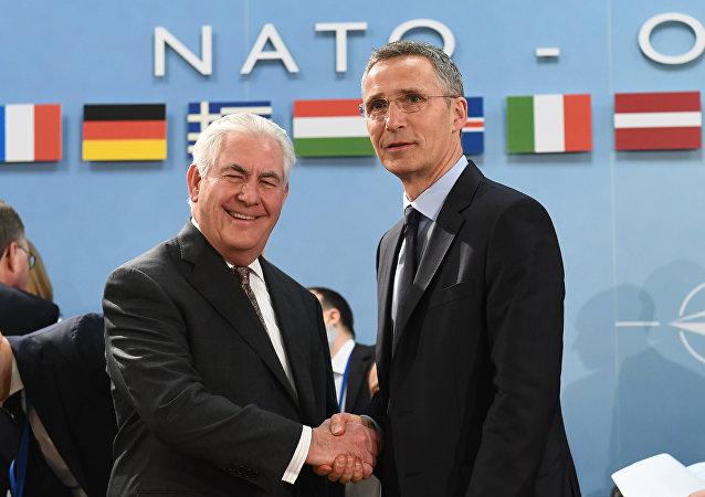 Secretário-geral da OTAN, Jens Stoltenberg (à direita), cumprimenta o secretário de Estado dos EUA, Rex Tillerson, no encontro dos ministros da OTAN  em Bruxelas em 31 de março de 2017
