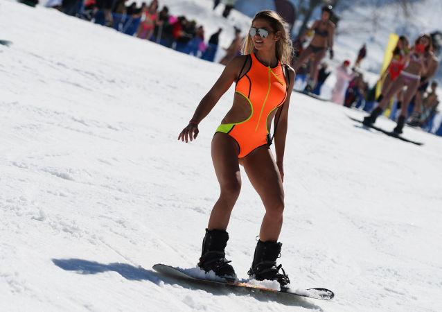 Participantes do carnaval de montanha BoogelWoogel na estância de esqui Rosa Khutor em Sochi