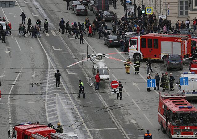 Um helicóptero pousa na rua perto da estação do metrô Sennaya Ploshchad, onde ocorreu uma explosão em 3 de abril de 2017