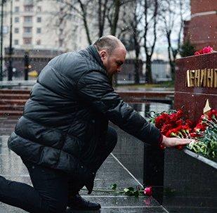 Homem deposita flores na tumba da cidade de Leningrado, no jardim das cidades heroicas da Segunda Guerra Mundial de Moscou, em homenagem aos mortos durante a explosão no metrô de São Petersburgo