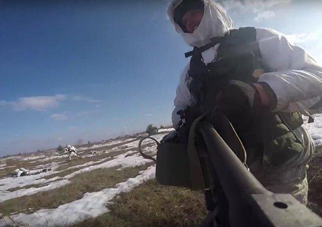 Tropas russas de assalto capturam posições do inimigo simulado.