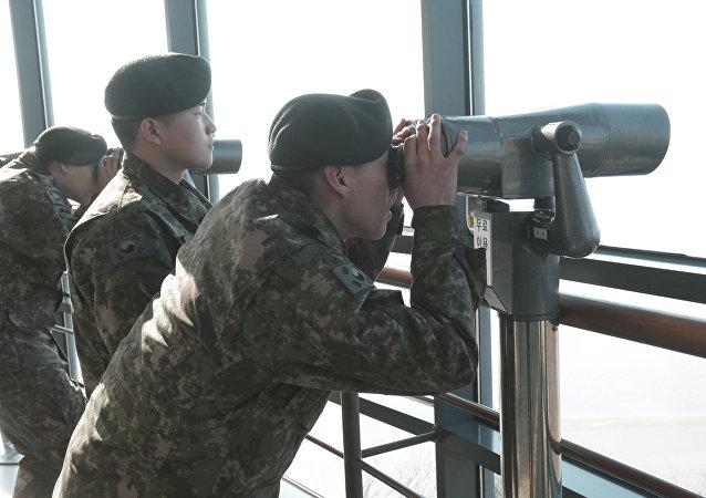 Soldados sul-coreanos observam a parte da Coreia do Norte (arquivo)