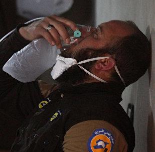 Membro da defesa civil respira via máscara de oxigênio depois do ataque na cidade de Khan Sheikhoun, na Síria, com alegado uso de armas químicas, 4 de abril de 2017