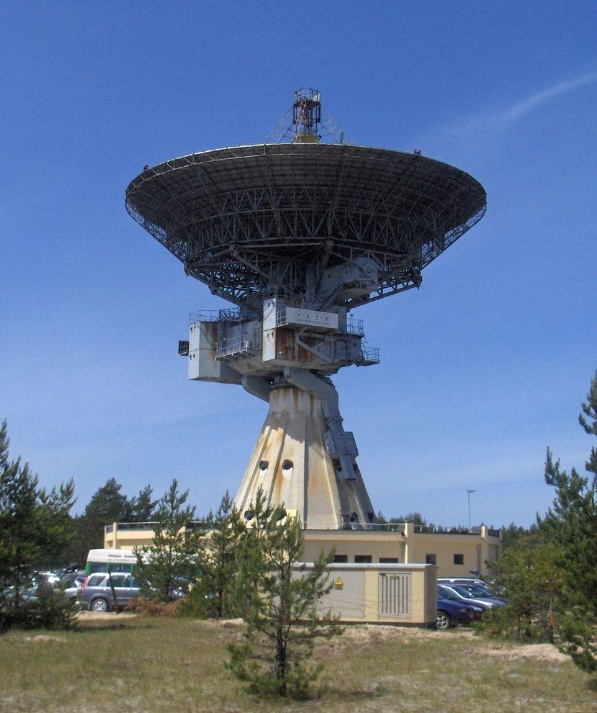 Radiotelescópio RT-32 localizado na cidade de Ventspils, Letônia. O Centro Internacional de Radioastronomia de Ventspils foi construído em 1971, perto do mar Báltico, pelas tropas soviéticas como estação de inteligência espacial Zvezda (Estrela, também conhecida como Zvezdochka – Estrelinha). Depois da retirada das tropas soviéticas em 1994, está sob controle da Academia de Ciências da Letônia