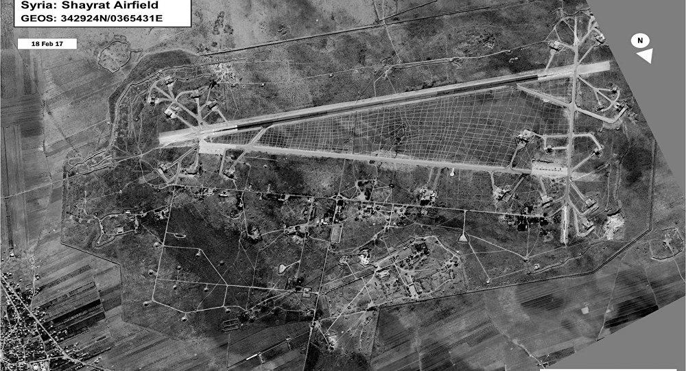 Esta foto de satélite mostra a base aérea de Shayrat, na província síria de Homs, em fevereiro de 2017
