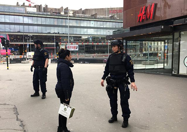 Agentes de polícia reforçam a segurança no centro de Estocolmo nesta sexta-feira, 7 de abril de 2017