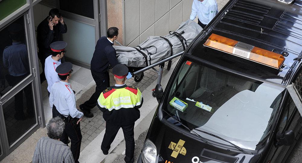 Funcionários levam o corpo de um professor que foi morto no Instituto Joan Fuster, em Barcelona, em 20 de abril de 2015