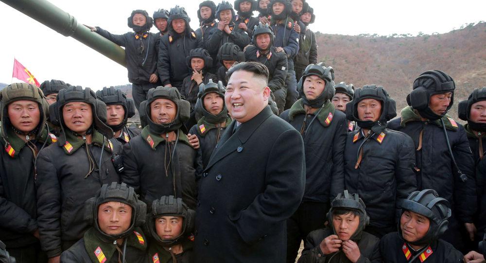 Líder norte-coreano Kim Jong-un com destacamento tanquista do exército da Coreia do Norte (foto de arquivo)