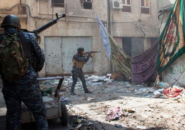 Militares iraquianos durante combates em Mossul