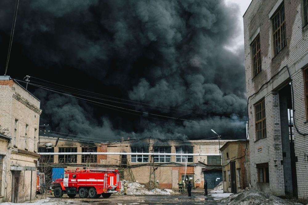 Bombeiros do Ministério para Situações de Emergências apagam fogo na cidade russa de Ivanovo