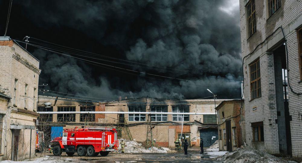 Bombeiros do Ministério para Situações de Emergências apagam fogo na cidade de Ivanovo, capital têxtil da Rússia (arquivo)