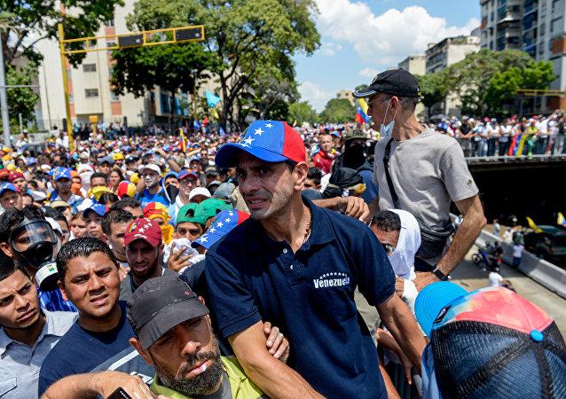Líder opositor Henrique Capriles participa de protesto contra o presidente venezuelano Nicolás Maduro em Caracas