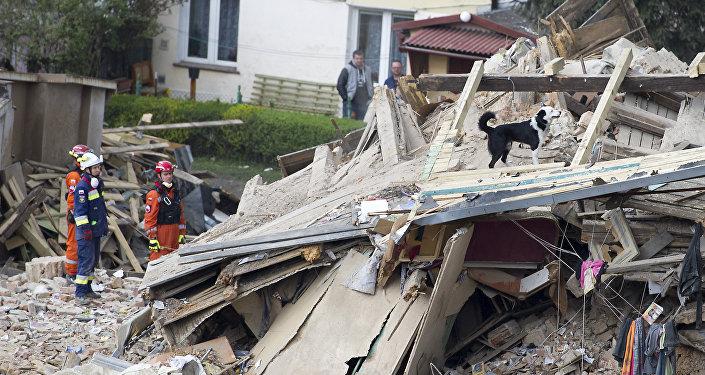 Equipe de resgate trabalha no local do desabamento de um prédio em Swiebodzice, Polônia, neste sábado, 8 de abril