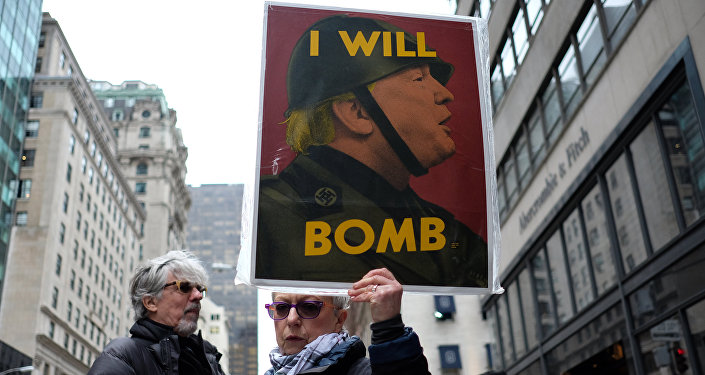 Manifestante pacifista mostra um cartaz contra o bombardeio no território sírio ordenado por Donald Trump, em Nova York, em 7 de abril de 2017