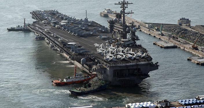 O porta-aviões norte-americano USS Carl Vinson chega para um exercício militar conjunto anual chamado Foal Eagle entre a Coreia do Sul e os EUA, no porto de Busan, Coreia do Sul, 15 de março de 2017.