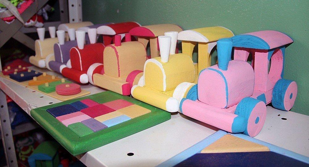 Os brinquedos são feitos com restos de madeira e tinta