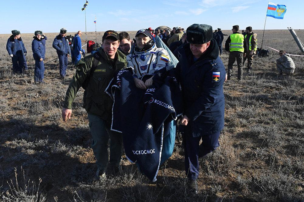 Engenheiro de voo Andrei Borisenko, da Roscosmos, de volta ao planeta Terra