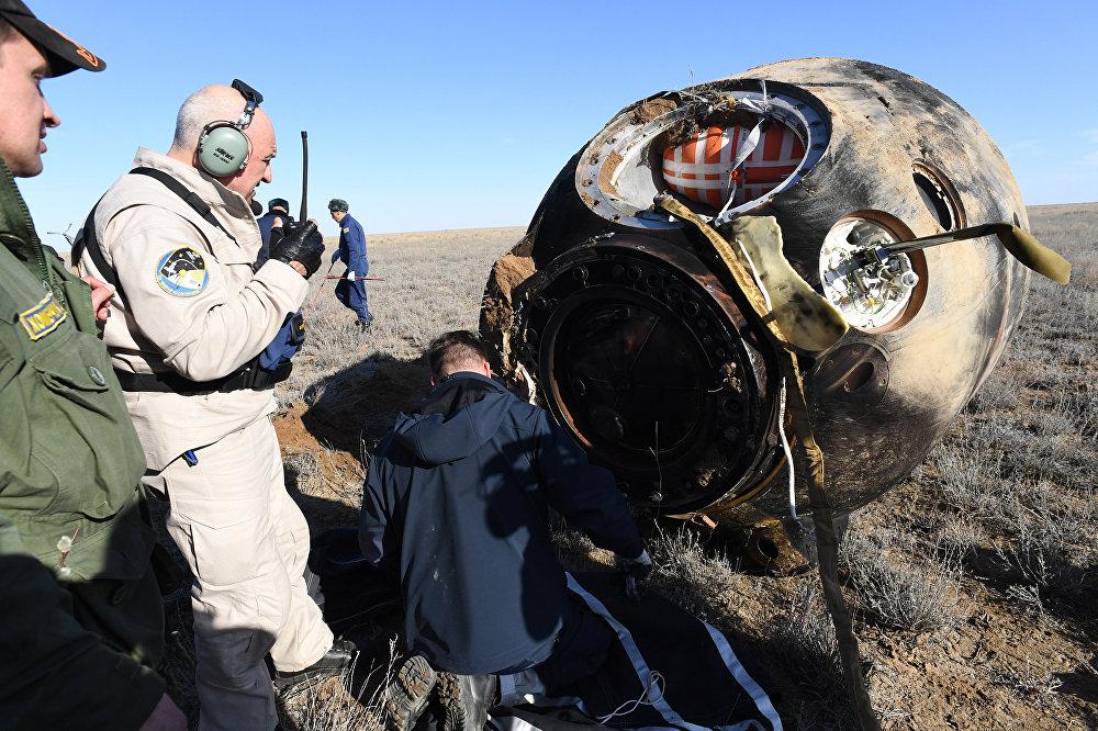 Técnicos analisam equipamento após aterrissagem