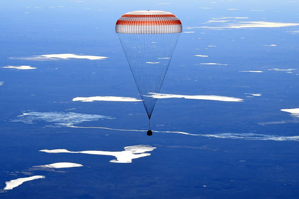 Cápsula com astronautas chegando à Terra