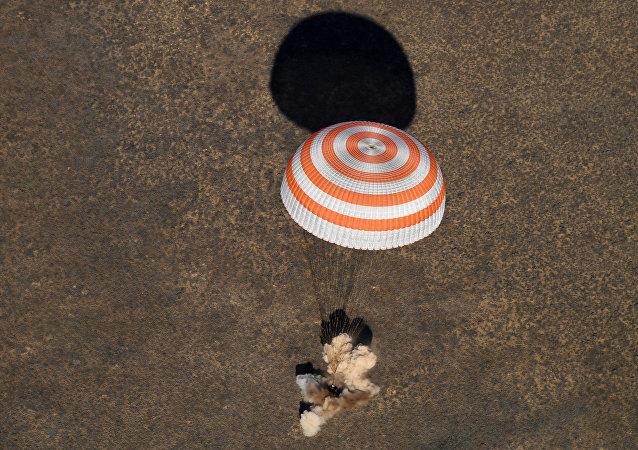 Cápsula com Kimbrough, Ryzhikov e Borisenko aterrissa no Cazaquistão