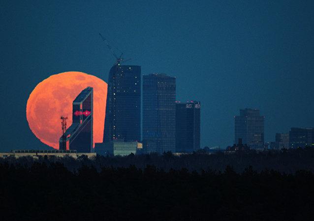 Lua rosa em Moscou