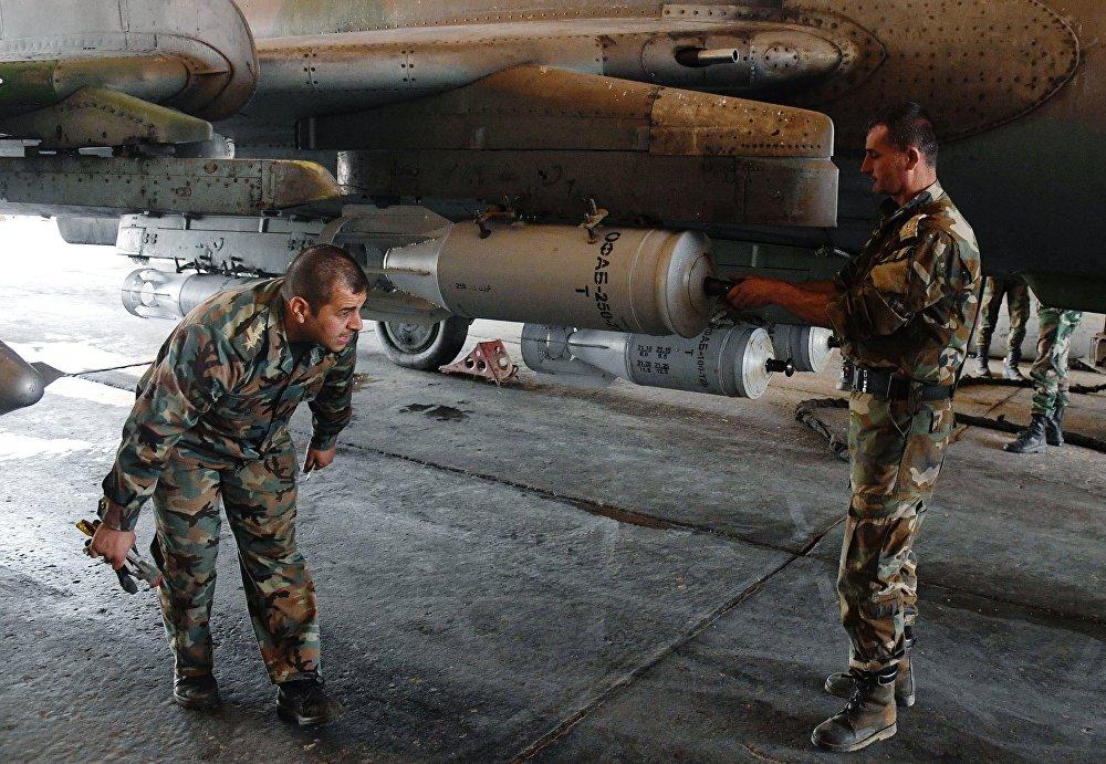 A base aérea está funcionando habitualmente. Aviões estão completando tarefas e efetuam voos de combate, atacando terroristas, declarou um oficial sírio à Sputnik em 8 de abril