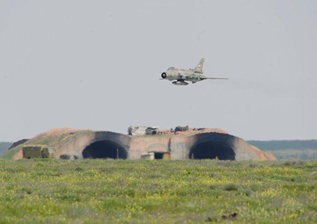 O governador de Homs, Talal al-Barazi, informou que pelo menos sete pessoas foram assassinadas, incluindo dois civis da aldeia, localizada nos arredores da base aérea.O governador de Homs, Talal al-Barazi, informou que pelo menos sete pessoas foram assassinadas, incluindo dois civis da aldeia, localizada nos arredores da base aérea