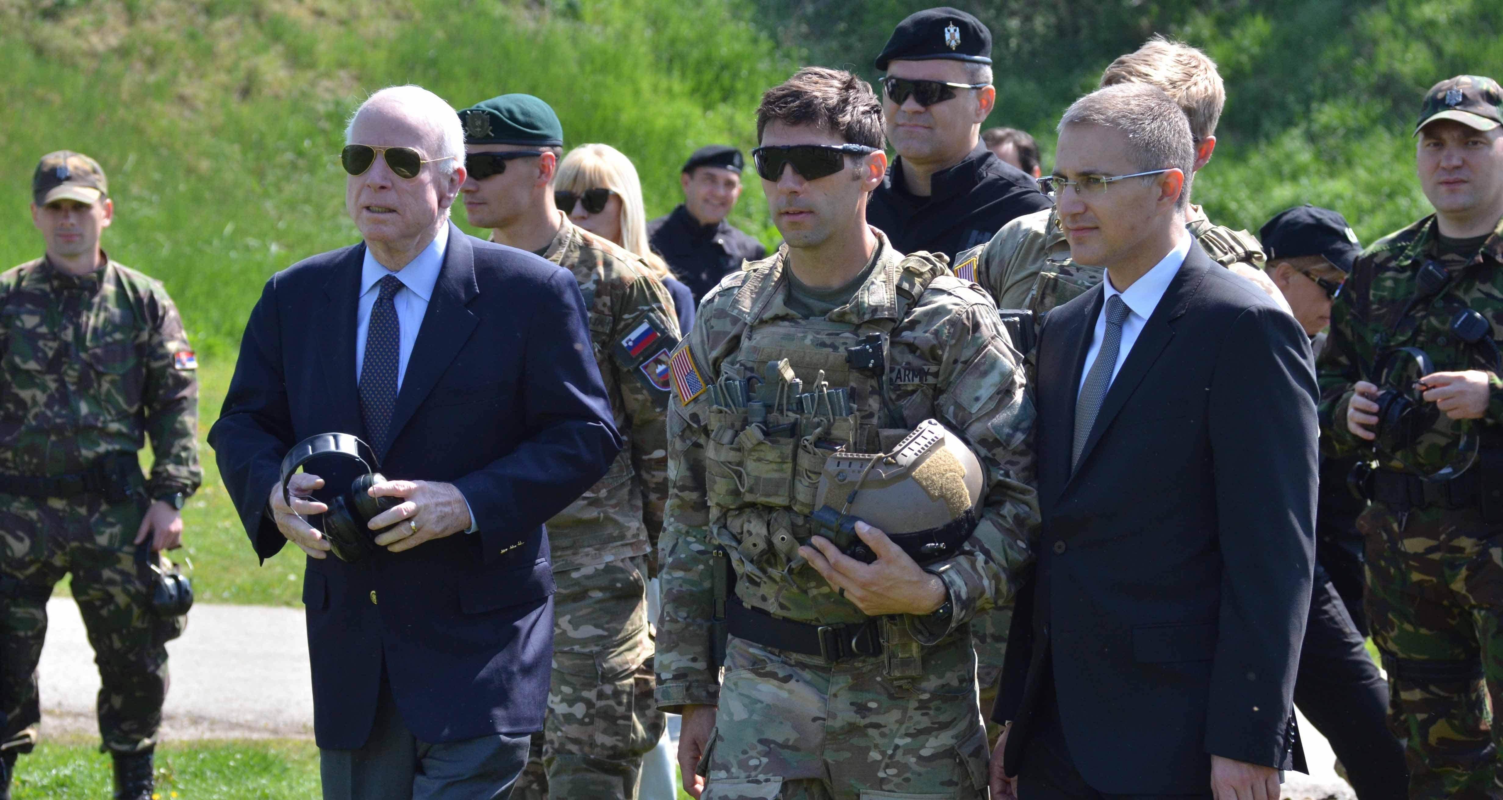 Ministro do Interior sérvio Nebojsa Stefanovic com senador dos EUA John McCain