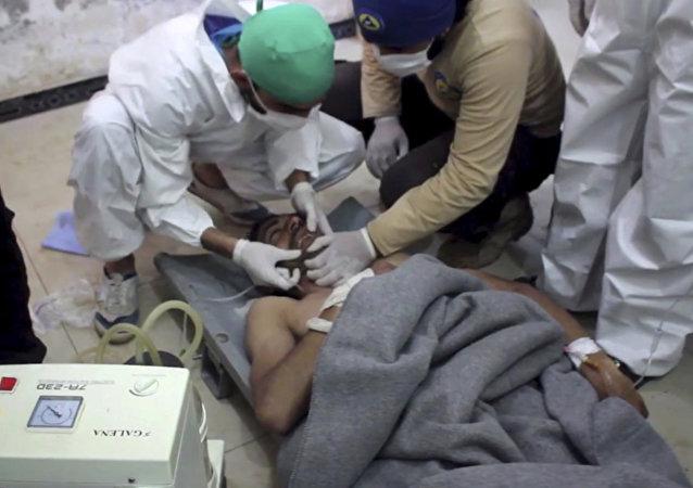 Vítima de um ataque suspeito com armas químicas enquanto recebe tratamento em um hospital na cidade de Khan Shaykhun, na província de Idlib, na Síria