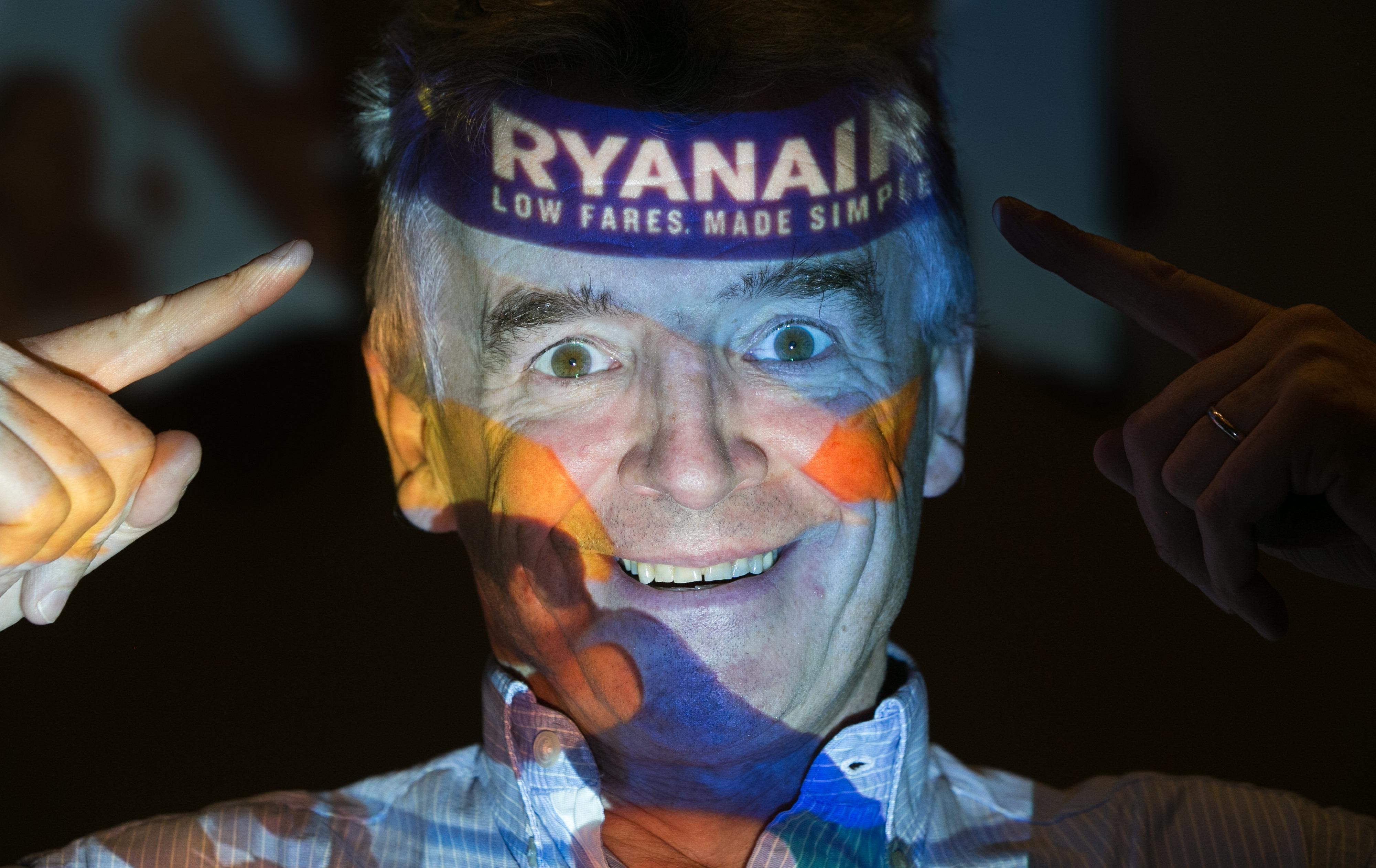 CEO da companhia aérea irlandesa Ryanair Michael O'Leary posa com o logotipo da empresa projetado em seu rosto enquanto participa de uma coletiva de imprensa em um hotel em Londres em 31 de agosto de 2016 (foto de arquivo)