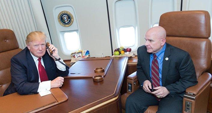 Presidente dos EUA Donald Trump com o assessor de segurança nacional H. R. McMaster