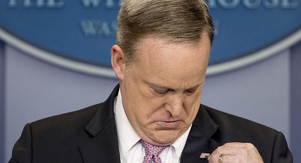 O antigo porta-voz da Casa Branca, Sean Spicer, conversa com a imprensa, enquanto ajeita a lapela