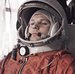 O primeiro cosmonauta da Terra, Yuri Gagarin, e seu substituto German Titov seguem para a posição de decolagem do veículo lançador espacial com a nave espacial Vostok 1