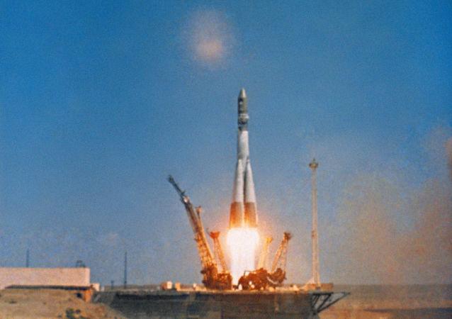 Lançamento do foguete portador Vostok com a nave espacial Vostok 1, a bordo da qual o cosmonauta soviético Yuri Gagarin se tornou o primeiro homem a viajar no Espaço. Sequência de um documentário