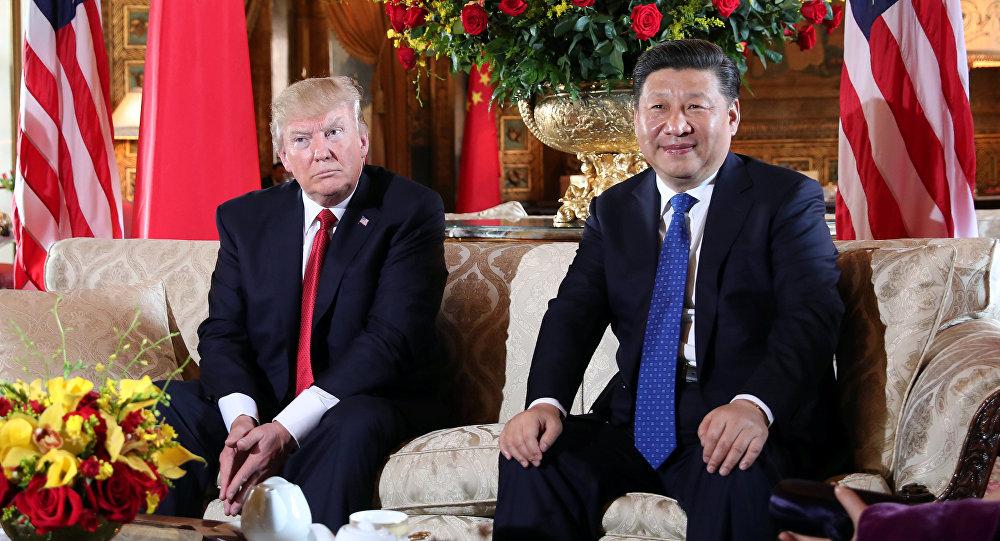 Presidente dos EUA Donald Trump saúda seu homólogo chinês Xi Jinping em Mar-a-Lago, no estado da Flórida, em 6 de abril 2017