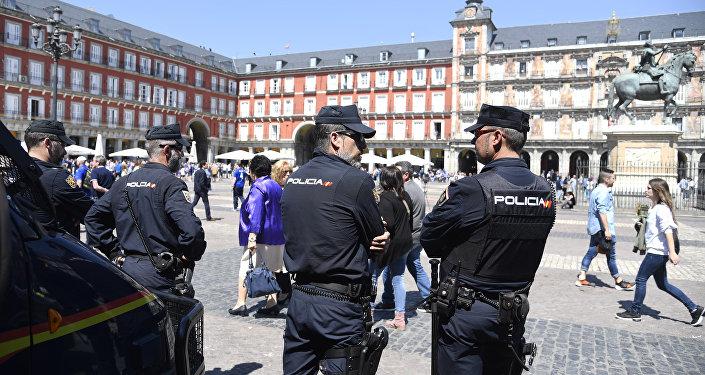 Policiais na Plaza Mayor em Madri, Espanha