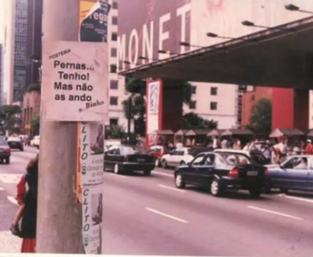 Binho começou a levar a poesia para os moradores de São Paulo primeiro em mensagens nos postes da cidade