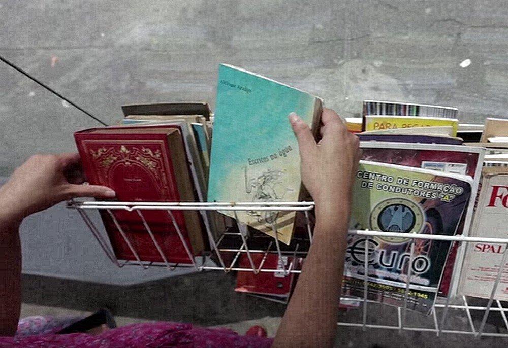 A ação de Binho promove a democratização da leitura em espaços públicos