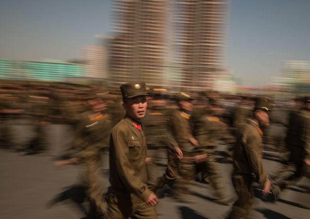 Militares norte-coreanos durante inauguração de nova área residencial em Pyongyang, em 14 de abril de 2017