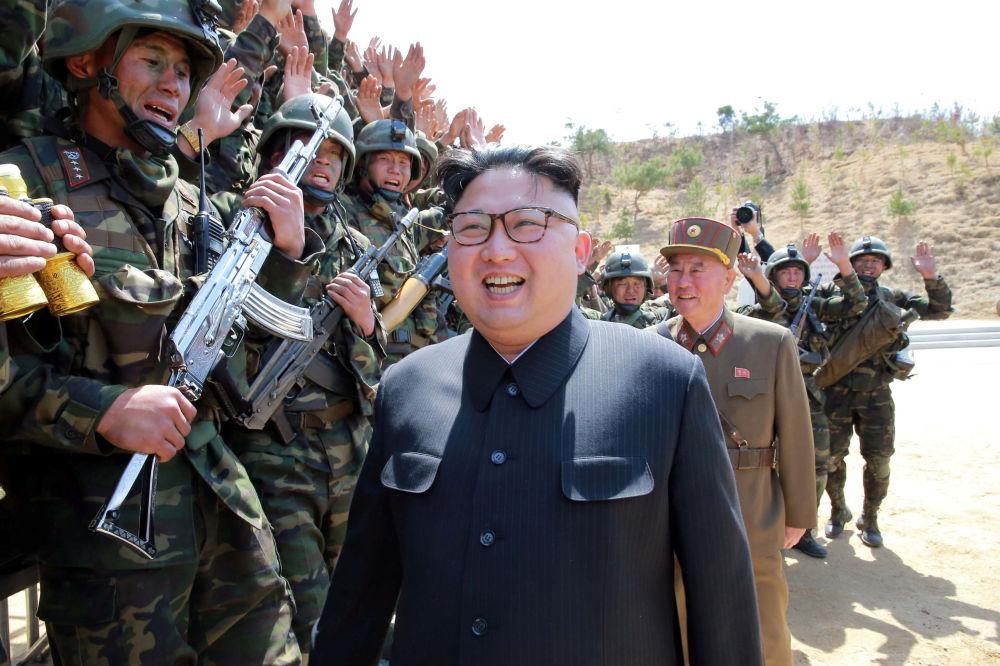Kim Jong-un, líder norte-coreano, observa treinamentos do Exército Popular da Coreia
