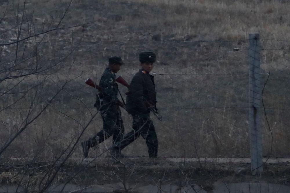 Soldados norte-coreanos patrulham território adjacente à fronteira com a China