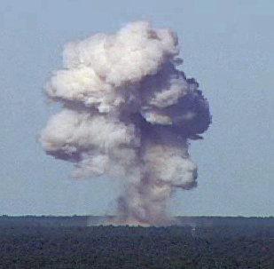 GBU-43/B, também conhecida como Massive Ordnance Air Blast (MOAB), detona durante um teste na base da Força Aérea em Elgin, na Florida, EUA, 21 de novembro de 2003. A foto foi fornecida no dia 13 de abril de 2017.