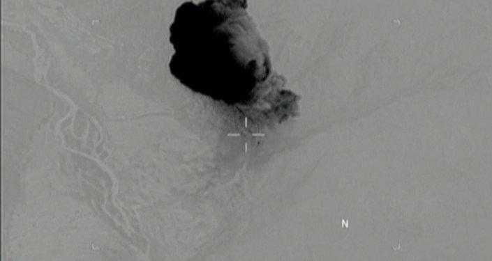 Imagem, extraída de vídeo divulgado pelo Pentágono em 14 de abril de 2017, mostra o momento no qual da Mãe de Todas as Bombas atinge as instalações do Daesh no Afeganistão