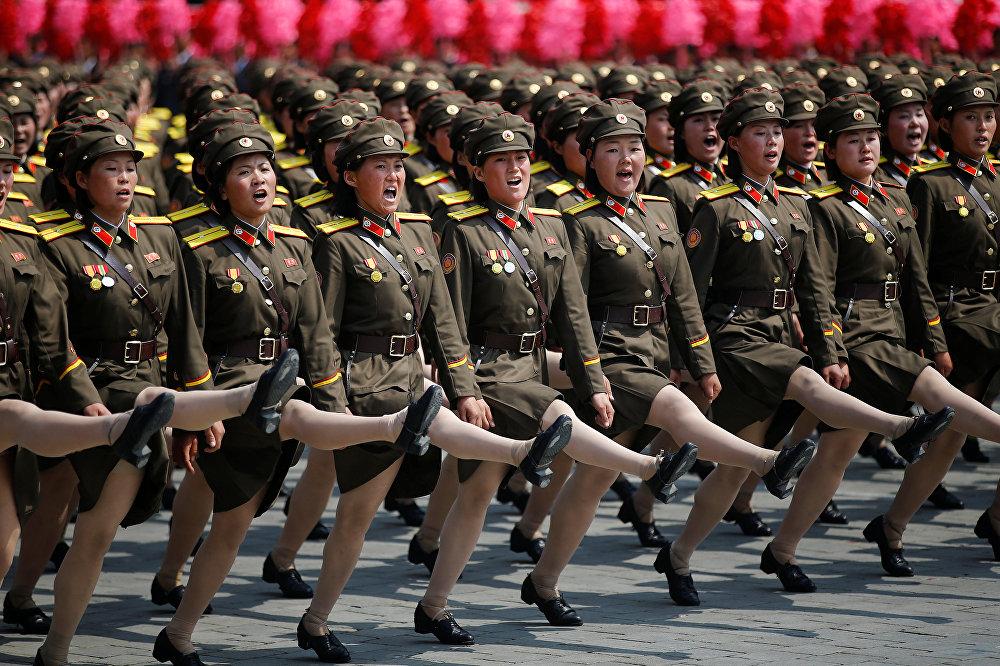 Batalhões femininos desfilam e gritam lemas durante a parada militar comemorativa do 105º aniversário de Kim Il-sung, em 15 de abril de 2017