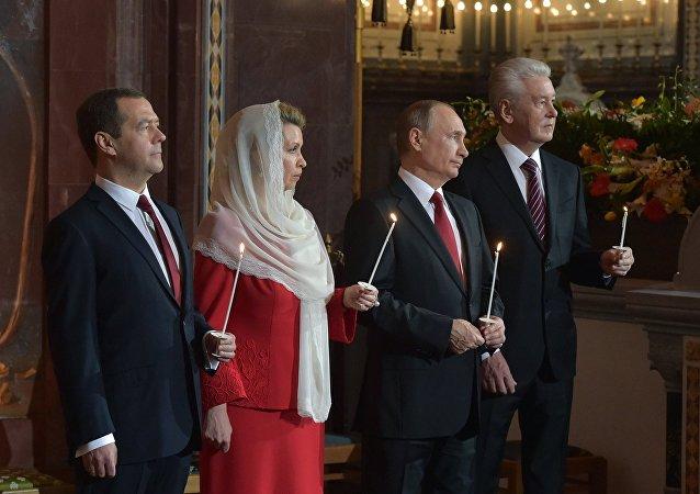 O presidente russo, Vladimir Putin, premiê russo Dmitry Medvedev com sua esposa Svetlana e prefeito de Moscou, Sergei Sobyanin, durante uma missa pascal em Moscou, em 16 de abril de 2017