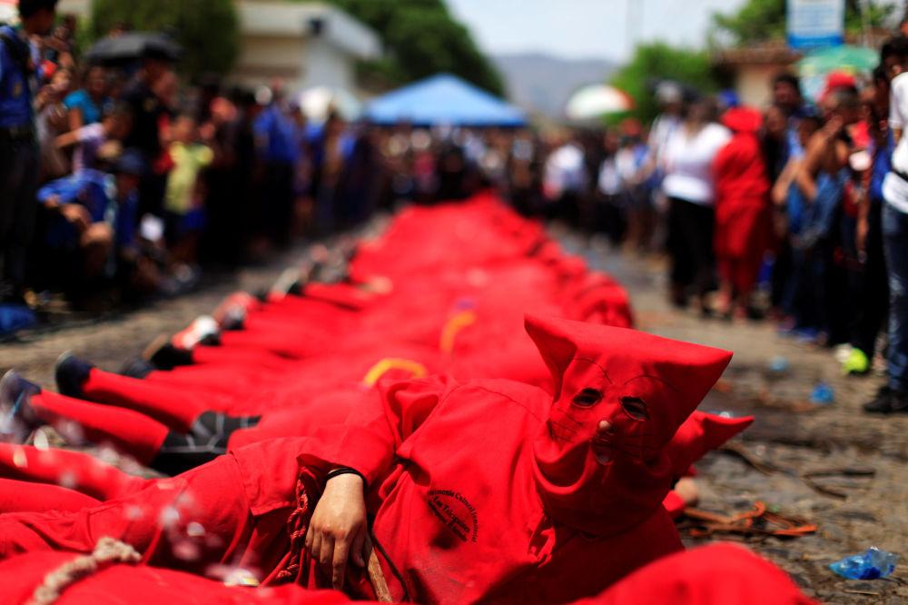 Ator vestido de demônio participa da cerimônia conhecida como Los Talciguines, parte dos eventos da Semana Santa em El Salvador