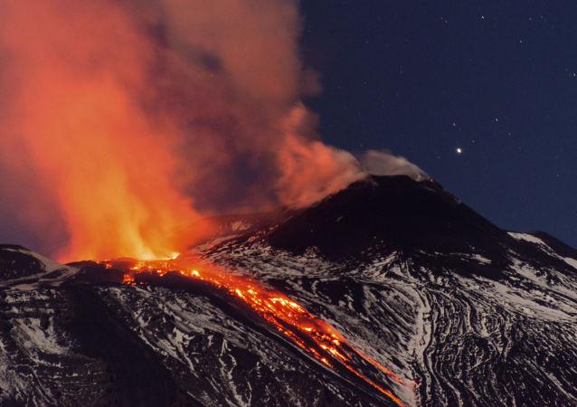 Fluxos de lava durante uma erupção do vulcão Etna na Itália